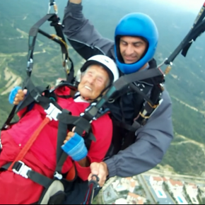 104-year-old sets paragliding record